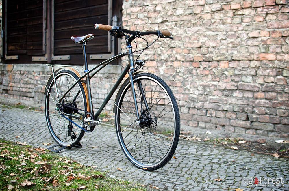Mann fährt Mixte: Big Forest Trekkingbike | Stahlrahmen-Bikes
