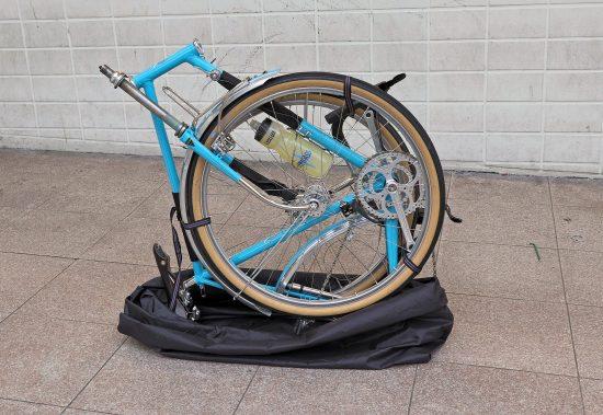 Zum Reisen mit Bahn oder Auto lässt sich das Rad in 10 Minuten nach dem japanischen Rinko-System verpacken, ohne dass im Rahmen Couplers eingebaut sind. Dazu wird das Rad in vier Teile zerlegt: Rahmen, Gabel/Vorderrad/Gepäckträger, Hinterrad, Lenker. Diese werden dann mit drei Riemen zu einem freistehenden, leicht zu tragenden Bündel verbunden. Eine superleichte Hülle wird darübergestülpt.